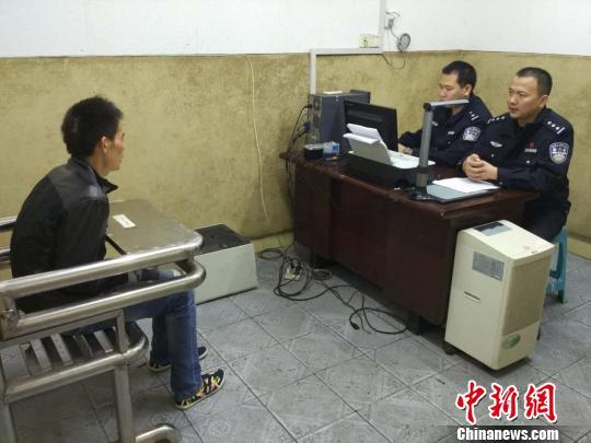 图为民警正在对嫌疑人进行审讯。 陈方 摄