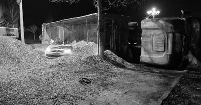 小轿车被侧翻大挂车上的石子埋住 新文化记者 蒋盛松 实习生 巫蓉 摄