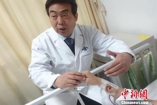 图为郭树忠教授介绍手术情况。 燕武 摄