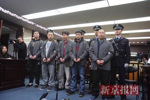 五名犯罪嫌疑人进入法庭。
