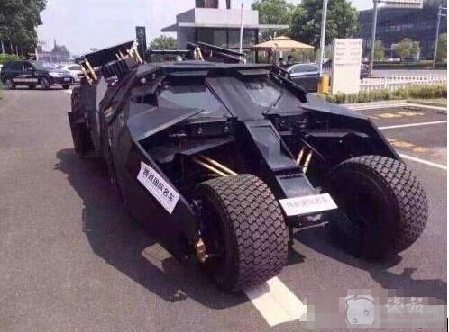 男子开千万蝙蝠车堵门