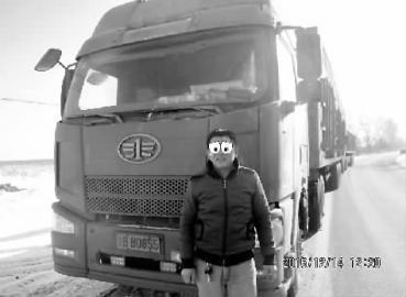 这是被拦下的一辆大货车和司机, 交警蜀黍用来给司机做遮挡的哭泣的卡通眼睛和司机表情颇为契合 警方供图