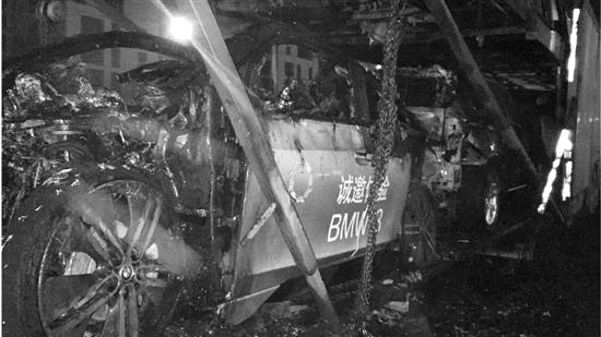 """被烧毁的宝马i3。被称为""""令电动车变得动人的汽车""""。 鲍亚飞 摄"""