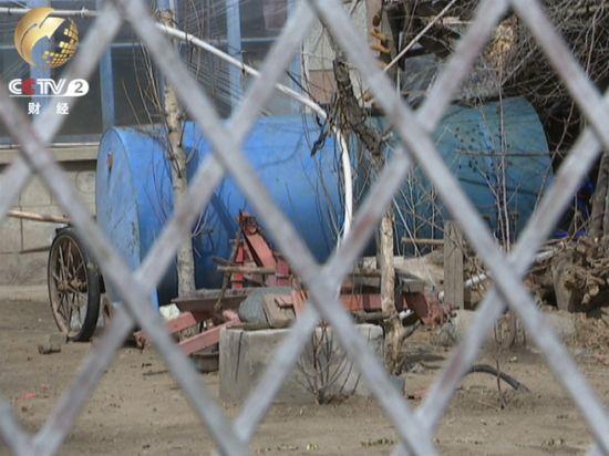 韩甸镇下辖的几个村子里,几乎家家都有大水桶。春耕时节,村民们以一桶水五六元钱的价格买来灌溉用水,然后用这样的大水桶拉到地里去浇。