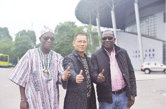 图为张勇(中间)与塞拉利昂共和国的酋长博纳(左一)、议员巴勇(右一)在株洲市体育中心的合影。