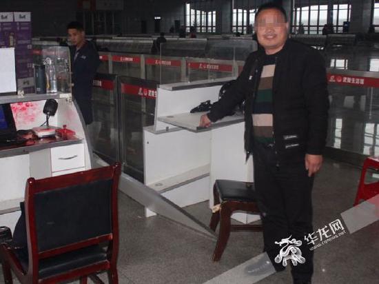 姚某指认现场。重庆铁路警方供图