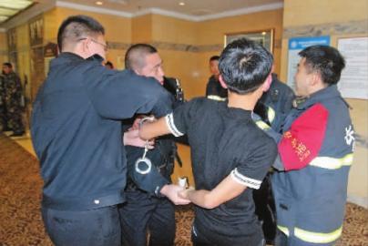 涉嫌盗窃的男子被警方带走