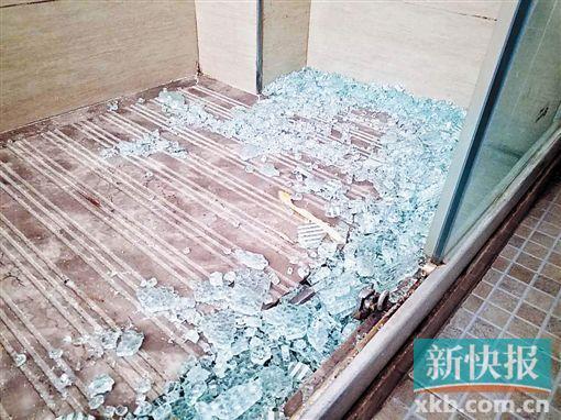 ■覃小姐称玻璃门突然碎裂。 新快报记者彭程/摄