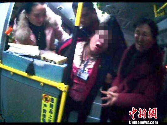 女售票员遭长时间谩骂导致呕吐晕倒。警方供图