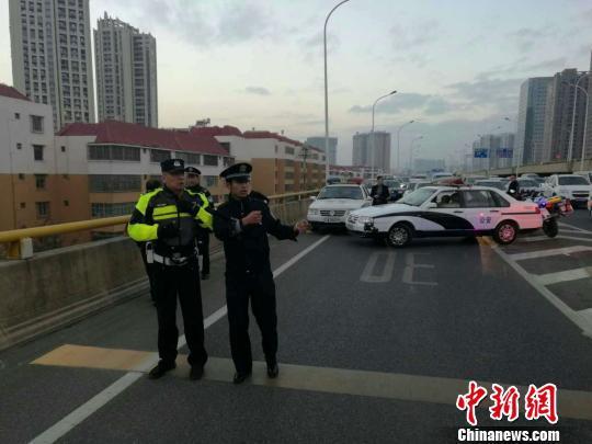 图为春城骑警与警方围堵男子。 钟欣 摄
